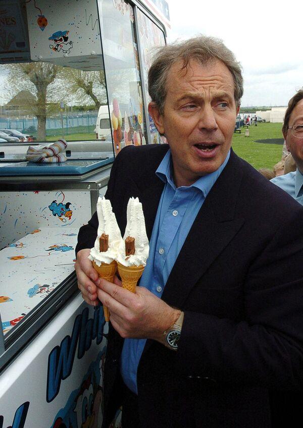 El helado en vasitos crujientes comestibles surgió en Plombières-les-Bains (Francia) en el siglo XIX. A día de hoy es muy popular en Rusia, en donde se bautizóplombir.En la foto: el entonces primer ministro británico, Tony Blair, compra un helado durante una visita a Gillingham (Reino Unido), en 2005. - Sputnik Mundo