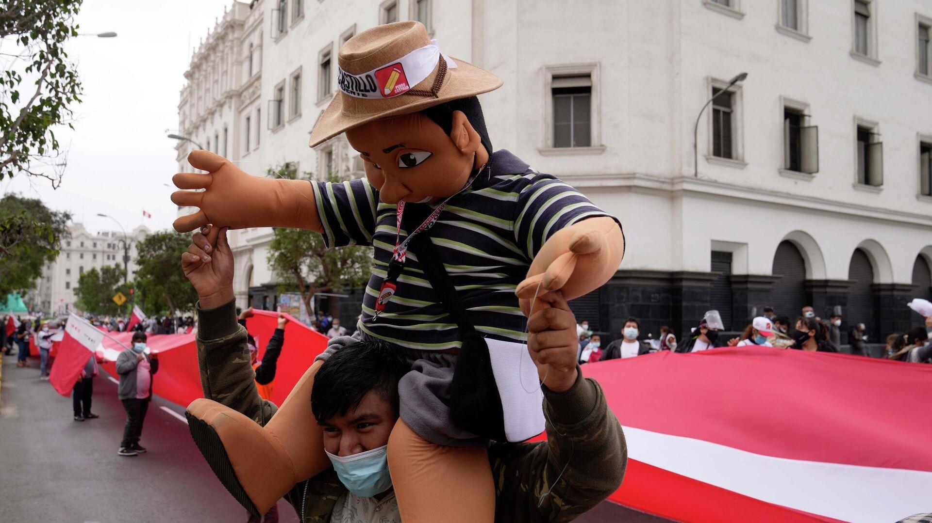 Un simpatizante de Pedro Castillo con un muñeco del candidato presidencial - Sputnik Mundo, 1920, 10.06.2021