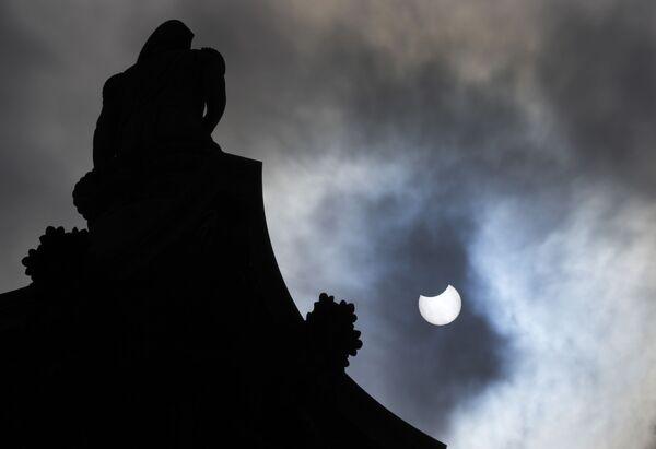 Así se vio el eclipse solar desde la Plaza Trafalgar, en Londres. - Sputnik Mundo