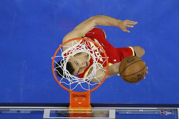 Bogdan Bogdanovic de Atlanta Hawks durante un partido contra Philadelphia 76ers en la serie de playoff de la NBA en Filadelfia, EEUU. - Sputnik Mundo