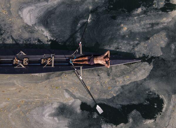 Un hombre en una canoa en el mar de Mármara contaminado por el limo marino, en Turquía. Las autoridades turcas iniciaron una operación a gran escala para depurar una capa espesa y viscosa formada a raíz de la contaminación. - Sputnik Mundo
