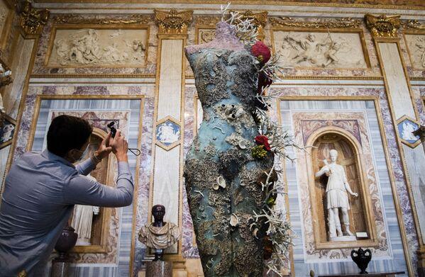 Un turista fotografía la obra 'Grecian Nude' del artista británico Damien Hirst durante la exposición Archaeology Now en la Galería Borghese de Roma, Italia. - Sputnik Mundo