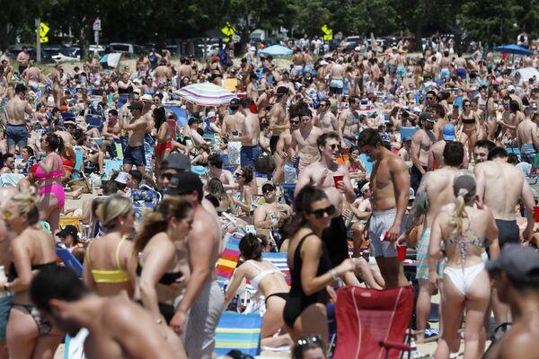 La playa de L Street, en Boston, fue visitada por una multitud de personas, al igual que en otros estados donde hay un porcentaje elevado de residentes que se han vacunado contra el coronavirus. - Sputnik Mundo