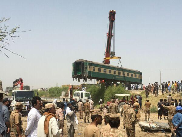 Los trabajos de rescate en el lugar donde colisionaron dos trenes de pasajeros en Ghotki, Pakistán. El accidente dejó al menos 50 personas fallecidas y 70 heridos. - Sputnik Mundo