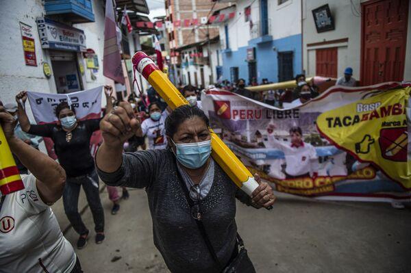 Los partidarios del candidato presidencial de izquierda Perú Libre, Pedro Castillo, salieron a las calles de Tacabamba, región de Cajamarca para expresar su apoyo a los resultados preliminares de la segunda vuelta de elecciones presidenciales. - Sputnik Mundo