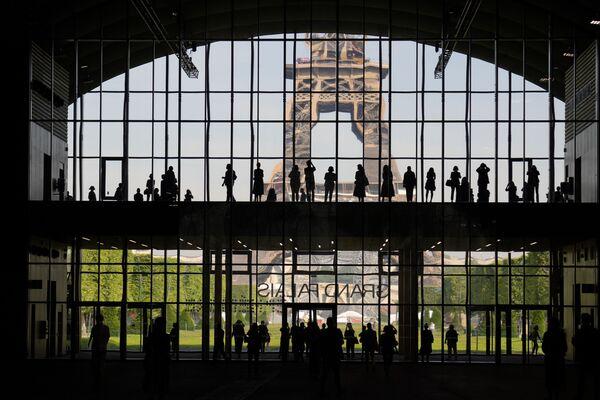 Así transcurrió la presentación del Grand Palais Ephemere con vistas a la Torre Eiffel en París, Francia. - Sputnik Mundo