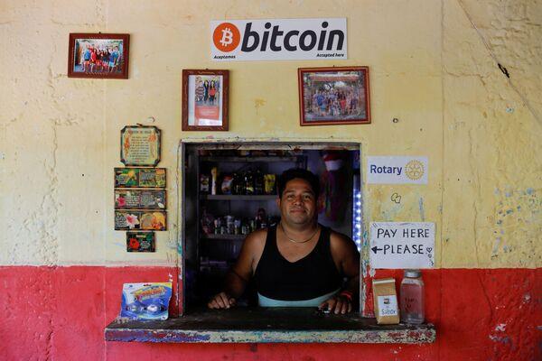 Roberto Carlos Silva es propietario de una tienda en la playa de El Zonte, en Chiltiupan (El Salvador), y dice aceptar bitcoines como forma de pago. - Sputnik Mundo