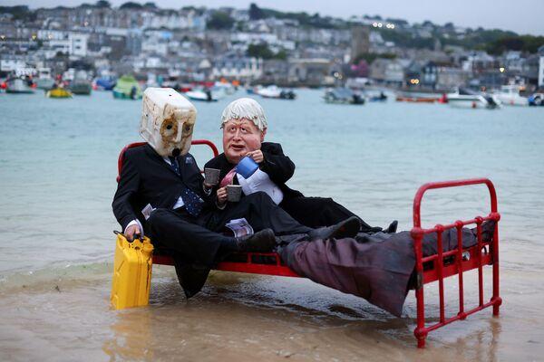 Los activistas climáticos del grupo Ocean Rebellion se disfrazan y posan para transmitir un mensaje a los políticos en la víspera de la cumbre del G7 en St Ives, Cornualles, Reino Unido. - Sputnik Mundo