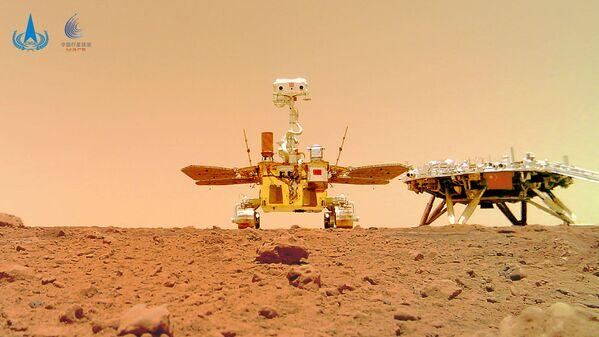 Mientras el panorama del lugar de aterrizaje se tomó con una cámara ubicada en el mástil del rover, para registrar el selfi al lado de la plataforma de aterrizaje Zhurong tuvo que alejarse unos 10 metros de ella, dejar la cámara en la superficie marciana y luego volver a su posición original. - Sputnik Mundo
