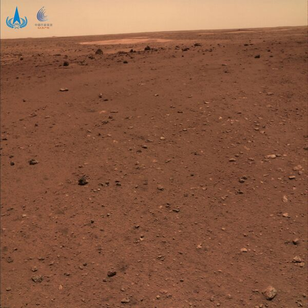 Además, Zhurong capturó desde el lugar de aterrizaje una foto panorámica de la llanura Utopia y unas imágenes del terreno marciano. - Sputnik Mundo
