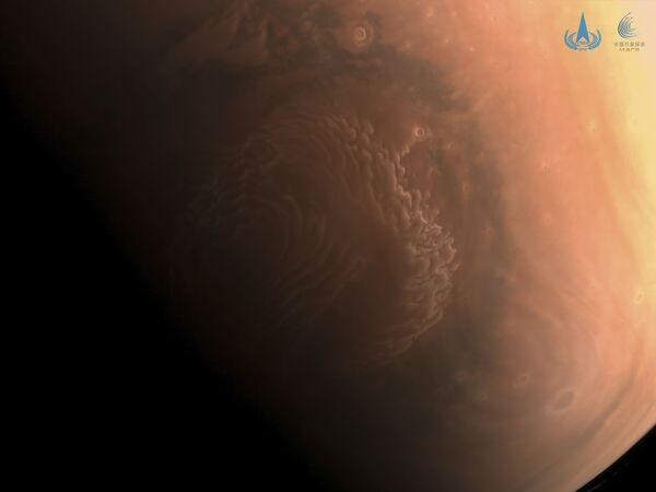 El 4 de marzo, la CNSA publicó unas instantáneas de Marte tomadas desde la sonda Tianwen 1. En esta foto a color y con resolución media, se puede apreciar la región polar norte de Marte. - Sputnik Mundo