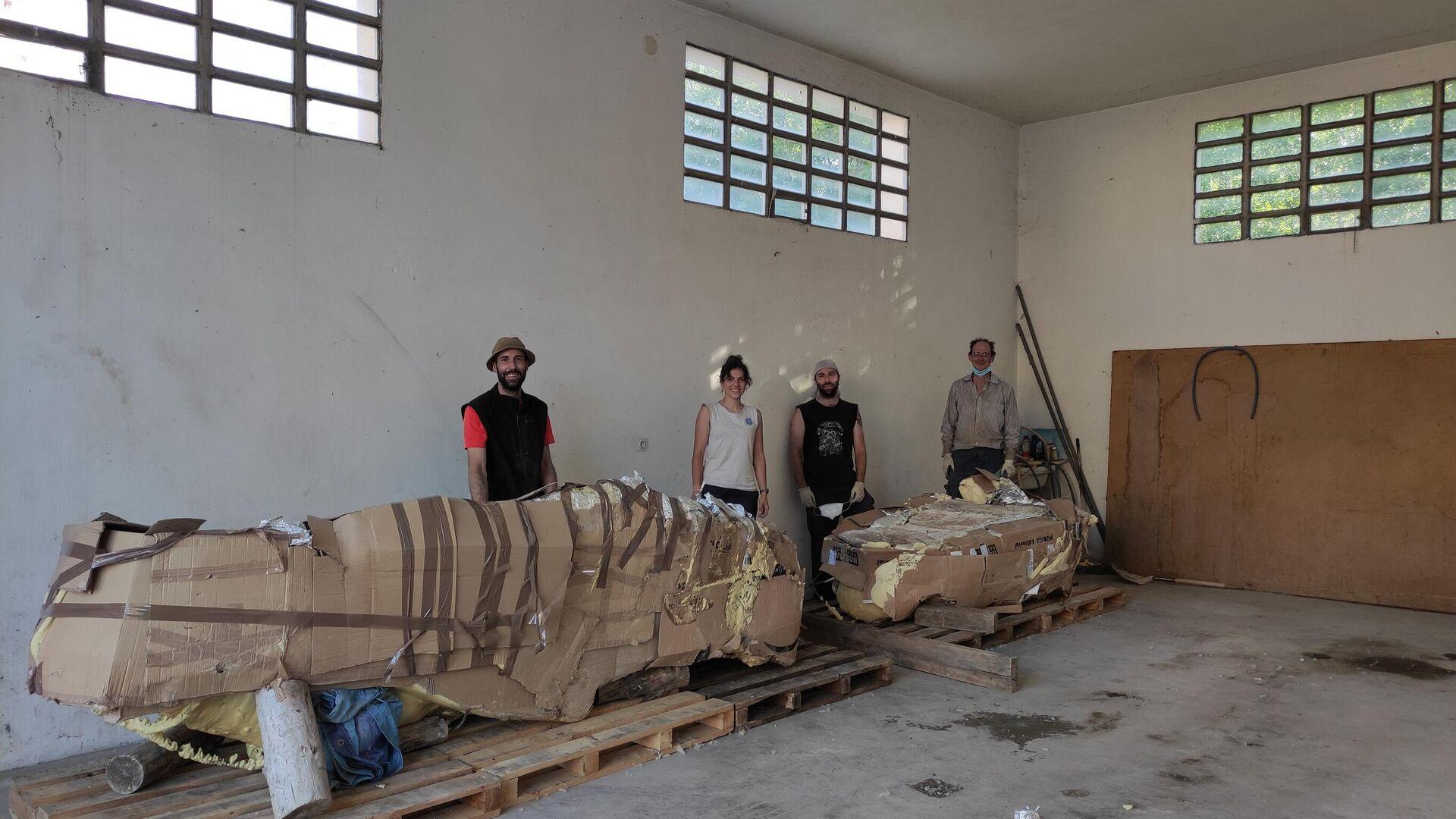 Paleontólogos y Pedro Cirugeda en el local cedido por el Ayuntamiento de Camarillas donde se guardaran las momias  - Sputnik Mundo, 1920, 11.06.2021