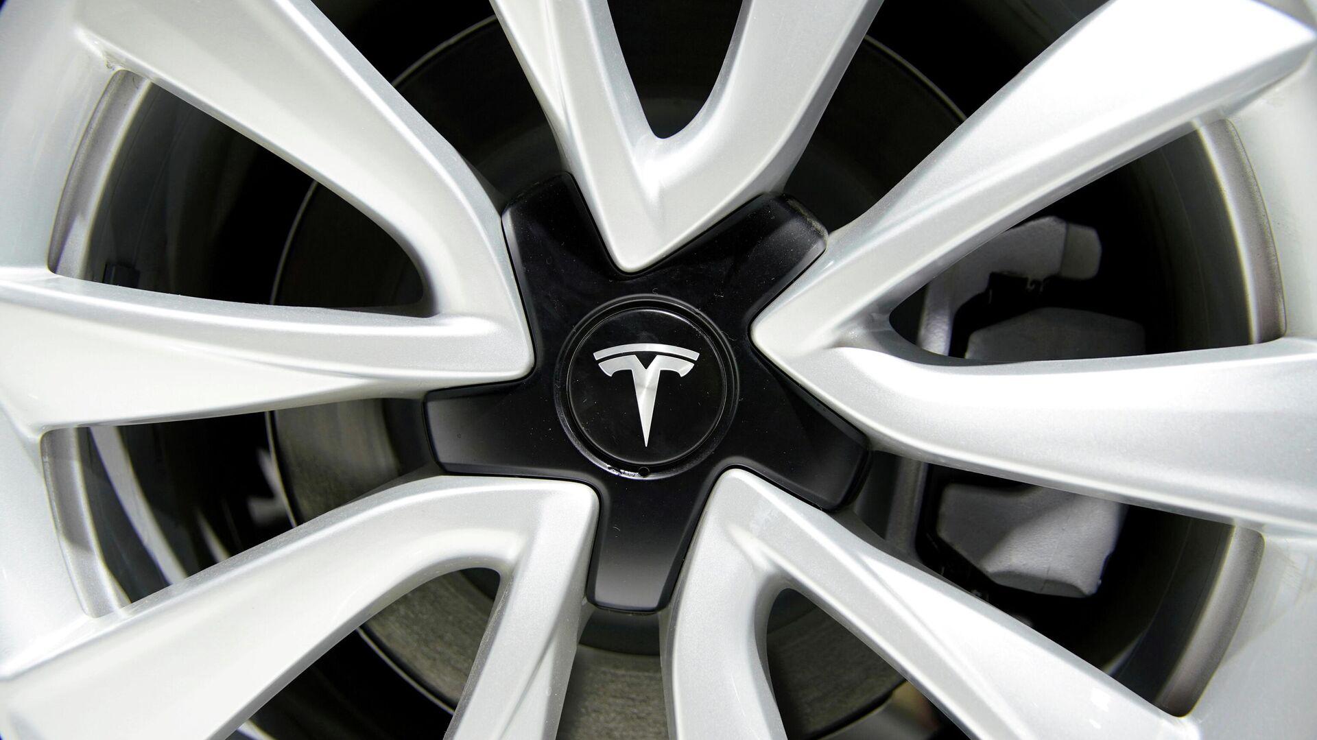 Un neumático con el logo de Tesla - Sputnik Mundo, 1920, 11.06.2021