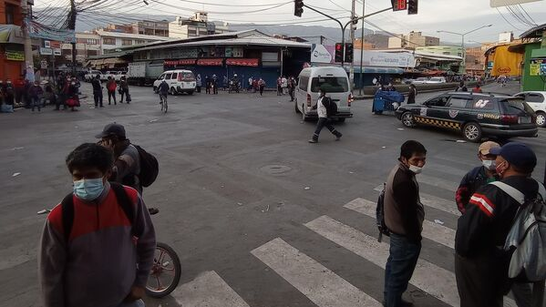 17:00. Sobre la avenida Aroma, algunos grupos de cochabambinos se encontraron con que ya no circulaban minibuses para llevarlos de regreso a sus hogares, luego de una agotadora jornada de trabajo. - Sputnik Mundo