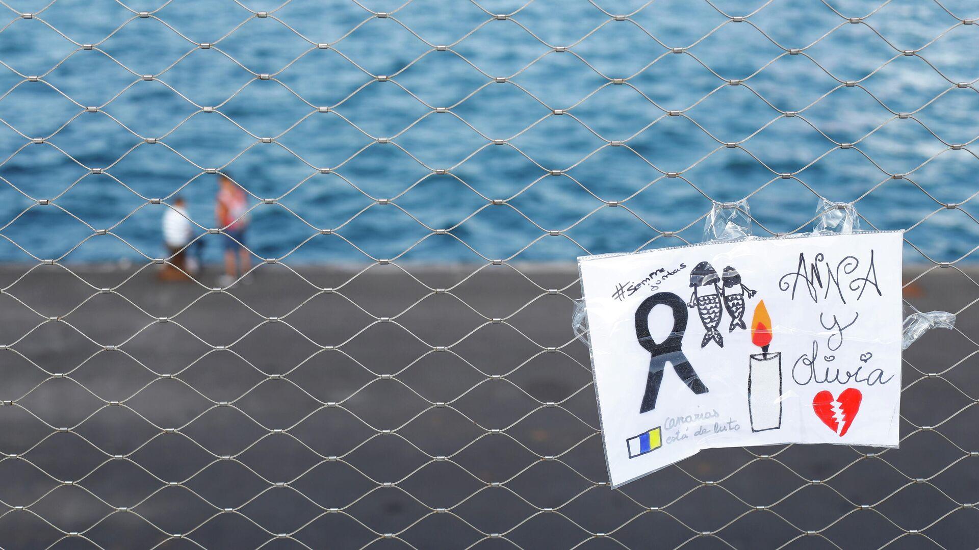 Un cartel colocado en una valla en memoria de las niñas desaparecidas en Tenerife, España - Sputnik Mundo, 1920, 12.06.2021