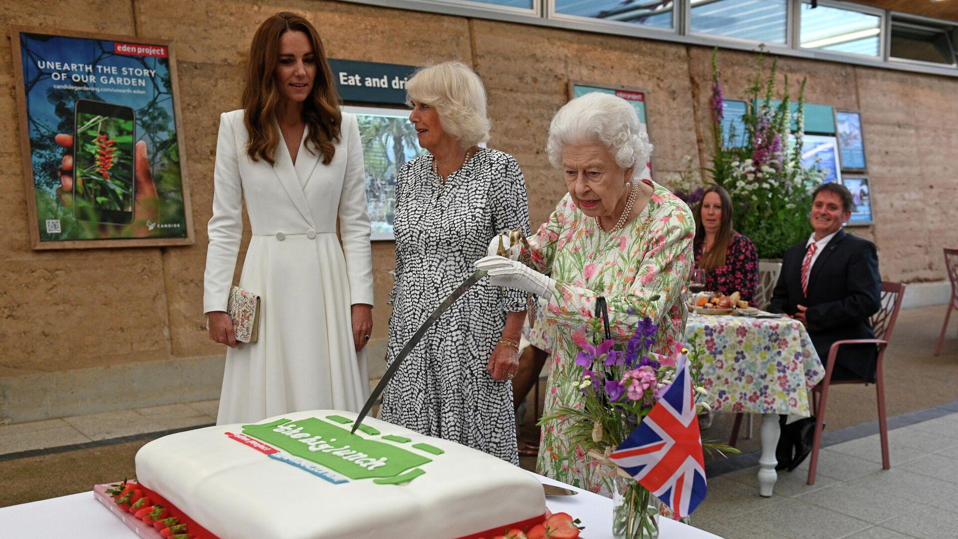 La reina Isabel II decide cortar un pastel con una espada en una ceremonia en Cornualles - Sputnik Mundo, 1920, 12.06.2021