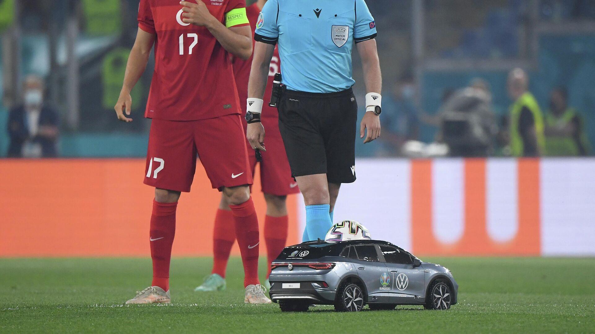 Un mini auto lleva el balón al juez en el partido inaugural de la Eurocopa 2020 - Sputnik Mundo, 1920, 12.06.2021