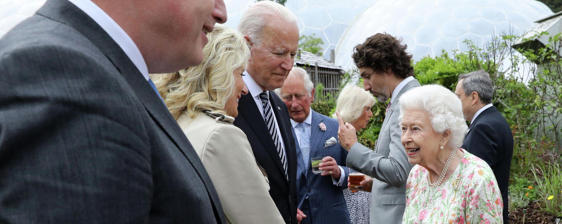 La reina británica Isabel II saluda a Joe Biden, presidente de EEUU, y su esposa, Jill Biden, durante un evento en el marco de la 47 cumbre del G7 - Sputnik Mundo, 1920, 13.06.2021