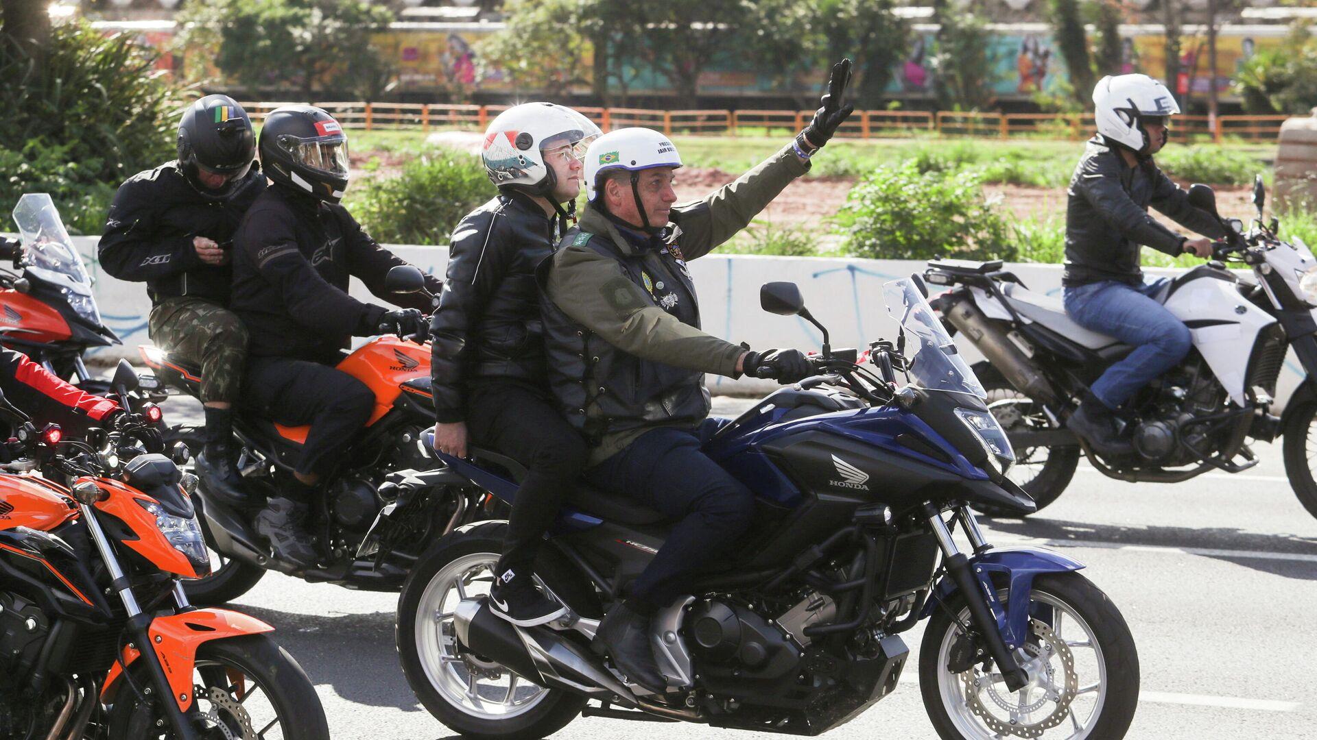 El presidente de Brasil, Jair Bolsonaro, lidera un recorrido con motociclistas en la capital de Sao Paulo la mañana del 12 de junio - Sputnik Mundo, 1920, 13.06.2021