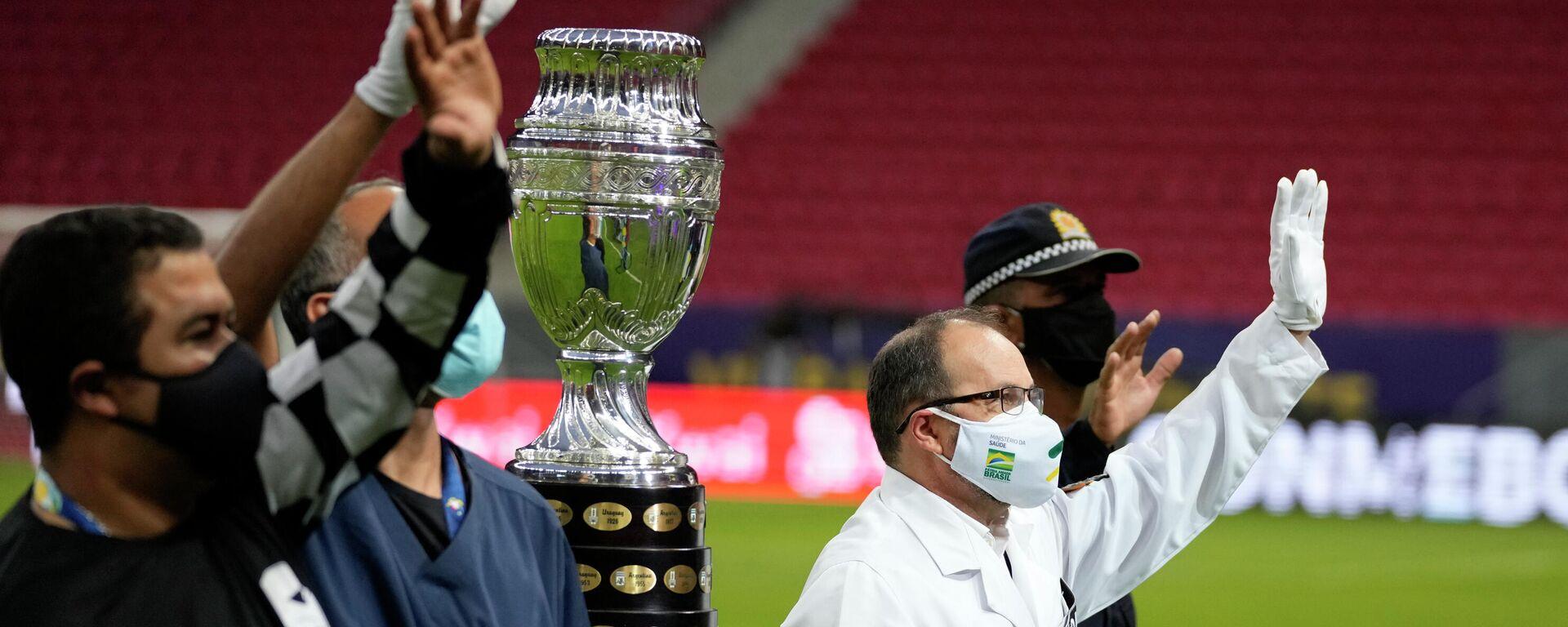 El trofeo de la Copa América 2021 es presentado por hombres con trajes de médicos y enfermeros - Sputnik Mundo, 1920, 14.06.2021