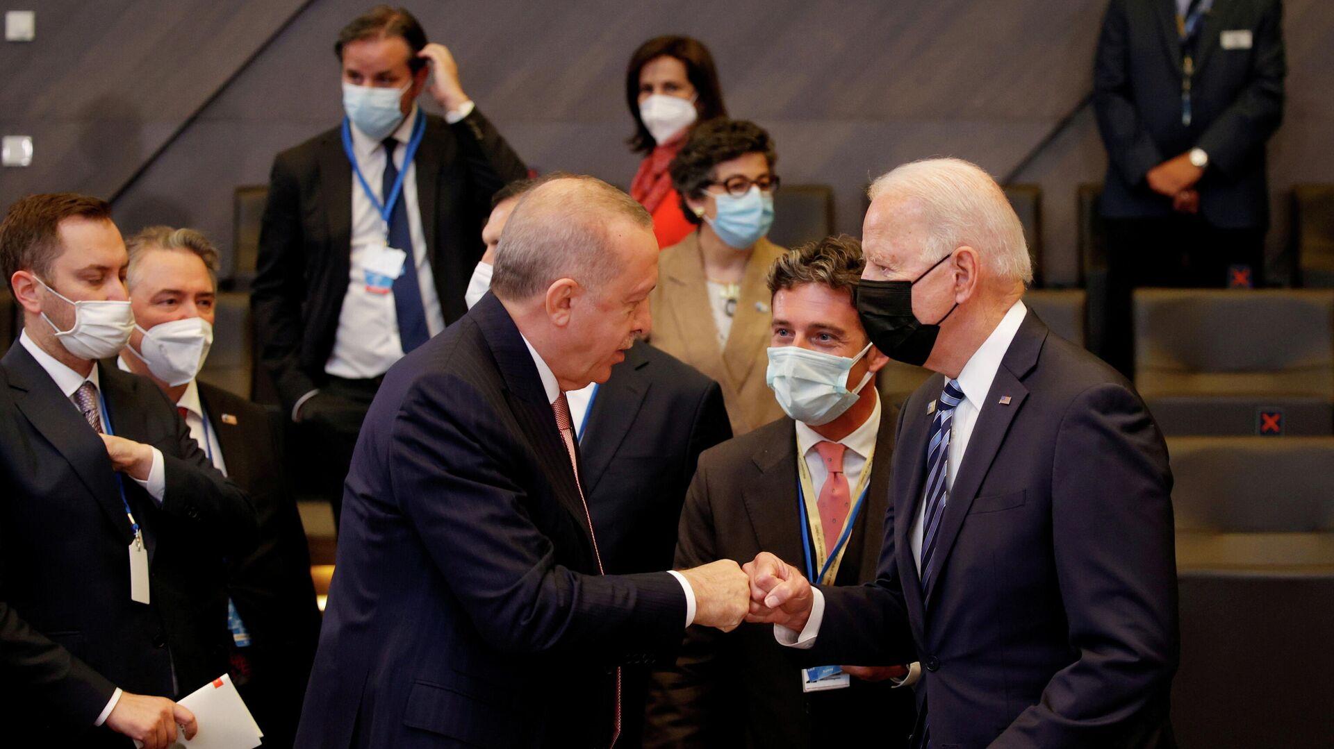El mandatario turco, Recep Tayyip Erdogan, y el presidente de Estados Unidos, Joe Biden - Sputnik Mundo, 1920, 18.06.2021