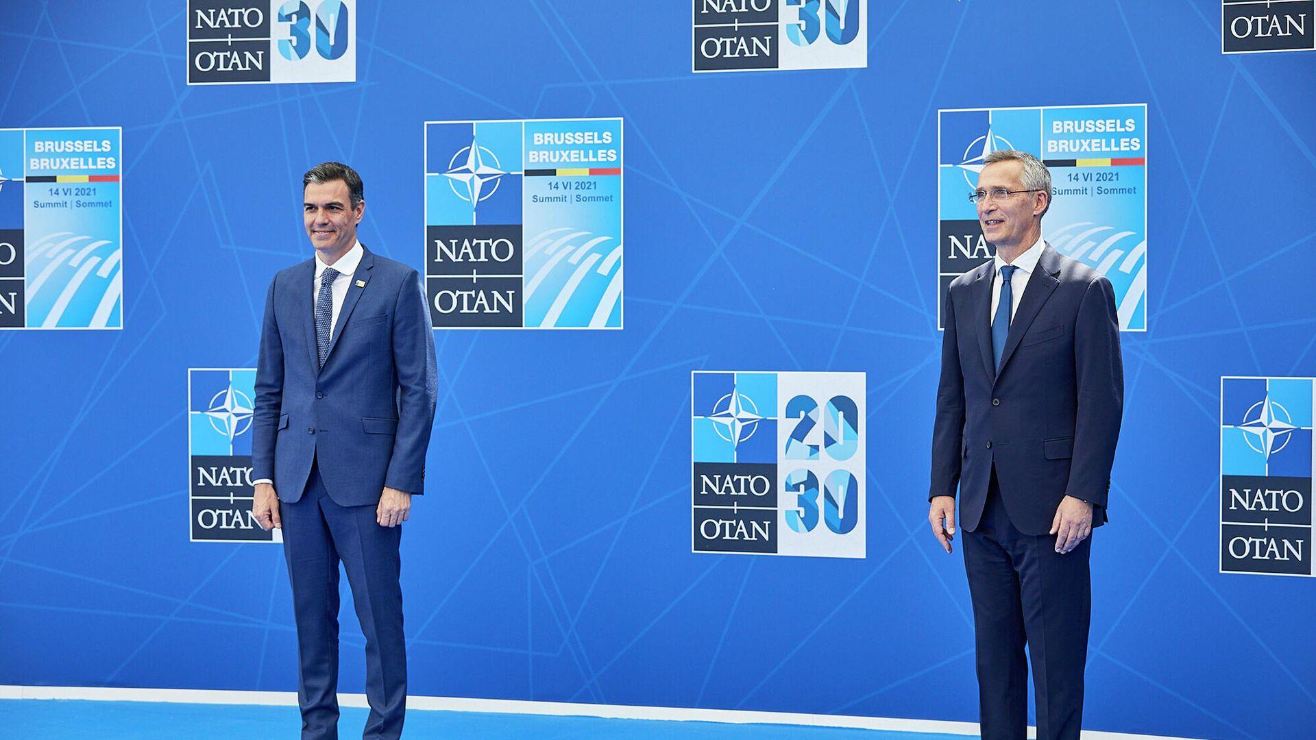 El presidente del Gobierno, Pedro Sánchez, y el secretario general de la OTAN, Jens Stoltenberg, en la ceremonia de bienvenida de la Cumbre de la OTAN - Sputnik Mundo, 1920, 14.06.2021