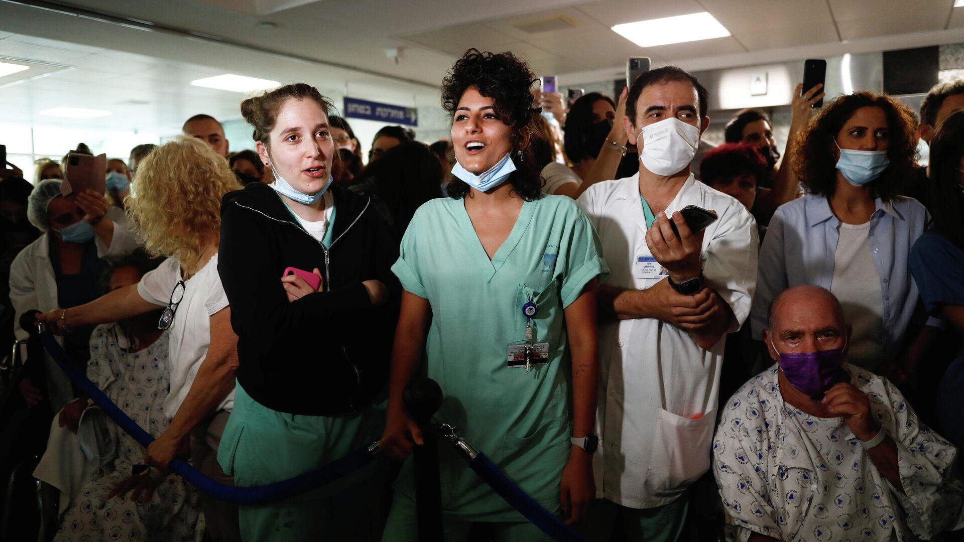 Un hospital israelí disfruta de un concierto del músico Aviv Geffen durante un evento organizado para agradecerles su trabajo en la lucha contra el coronavirus - Sputnik Mundo, 1920, 15.06.2021