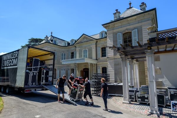 Los obreros transportan equipos hacia la villa La Grange. - Sputnik Mundo