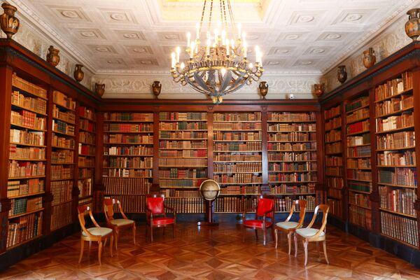 Tras una sesión de fotos tradicional y un discurso inaugural del anfitrión, los mandatarios visitarán la Biblioteca de La Grange (en la foto). Se trata de uno de los cinco edificios históricos que albergan el patrimonio de la Biblioteca de Ginebra. - Sputnik Mundo