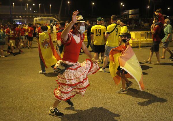 Los aficionados españoles tras el partido entre España y Suecia en Sevilla (España), que terminó en empate a cero. - Sputnik Mundo