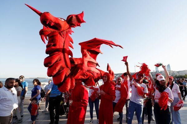Aficionados con banderas de Suiza, Turquía y Gales por el centro de Bakú. - Sputnik Mundo