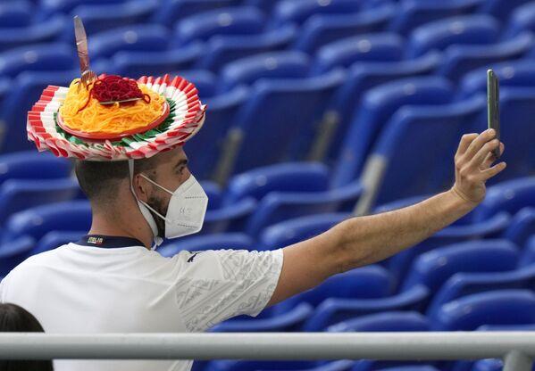 Un aficionado italiano durante el partido entre Italia y Turquía en el Estadio Olímpico de Roma. - Sputnik Mundo