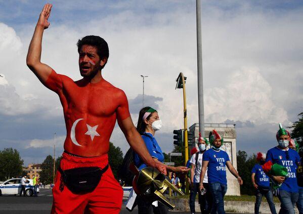 Un aficionado turco cerca de las puertas del Estadio Olímpico de Roma antes del encuentro entre Italia y Turquía. - Sputnik Mundo