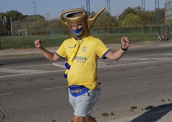 Un aficionado sueco antes del partido entre España y Suecia en Sevilla. - Sputnik Mundo
