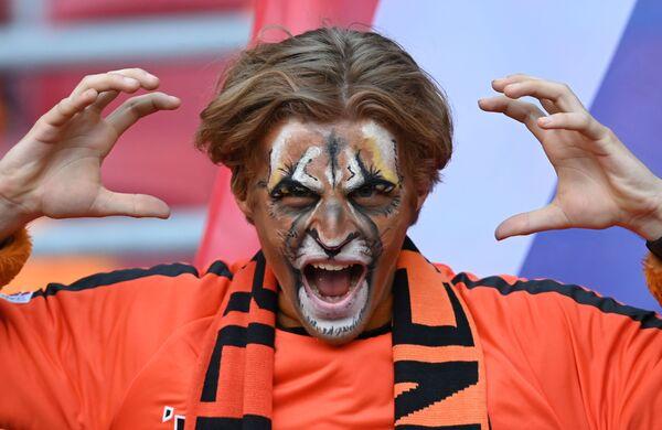 Un aficionado holandés antes del partido entre los Países Bajos y Ucrania en el Johan Cruyff Arena de Ámsterdam. La selección neerlandesa derrotó a los ucranianos por 3-2 tras una amarga lucha. - Sputnik Mundo