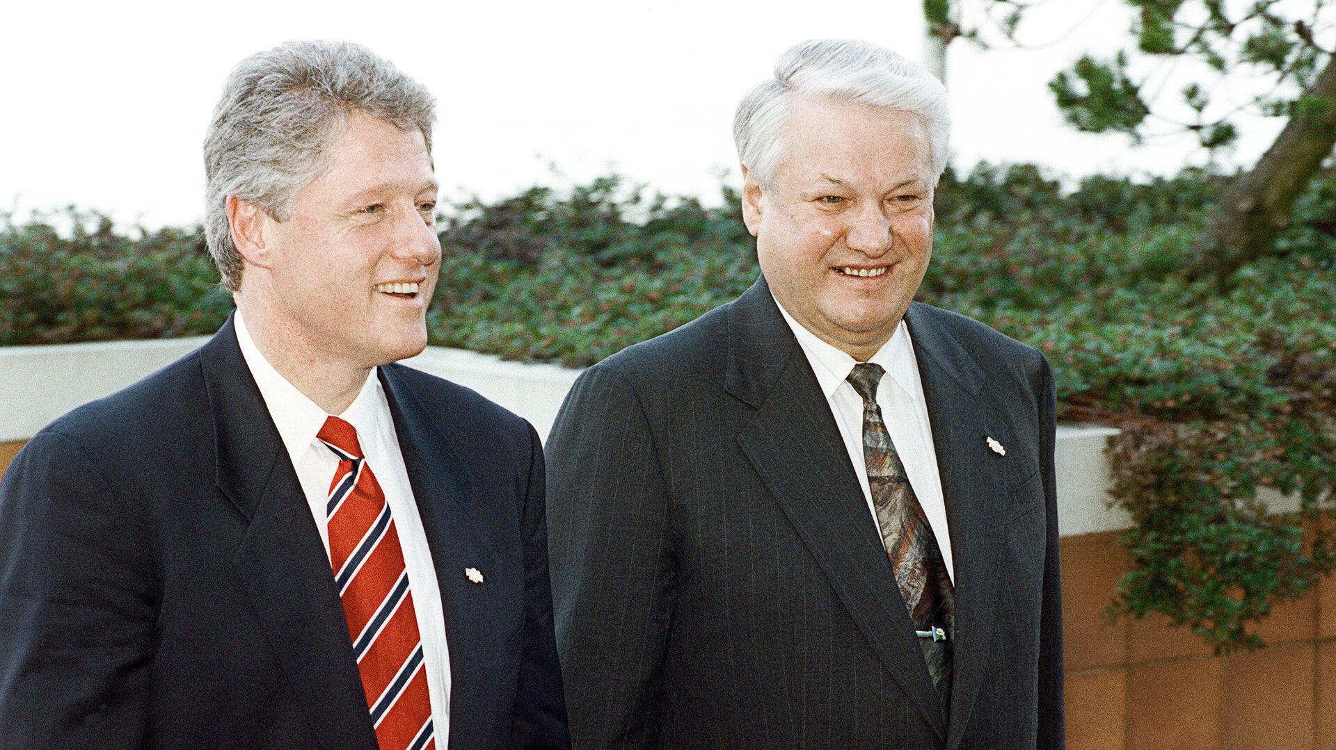El expresidente de Rusia Borís Yeltsin (dcha.) con su homólogo estadunidense Bill Clinton (izda.) durante la reunión en la ciudad canadiense de Vancouver en 1993 (archivo) - Sputnik Mundo, 1920, 15.06.2021