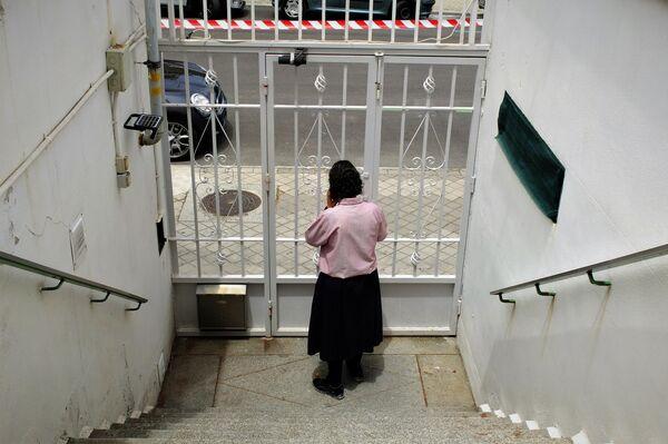 Una  de las misioneras en la puerta de la vivienda en Madrid que quieren desahuciar - Sputnik Mundo