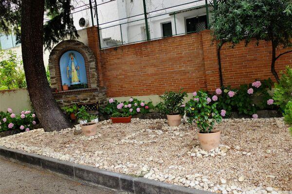 Imagen del jardín de la casa religiosa que va a ser desahuciada - Sputnik Mundo