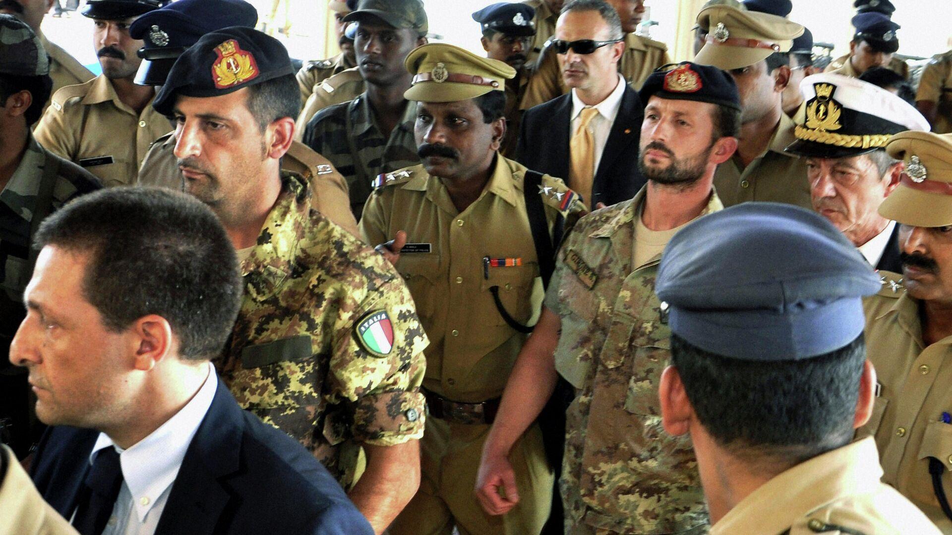 Miembros del regimiento San Marco de la Marina Militar Italiana, Massimiliano Latorre y Salvatore Girone detenidos por la policía india en febrero de 2012 - Sputnik Mundo, 1920, 15.06.2021