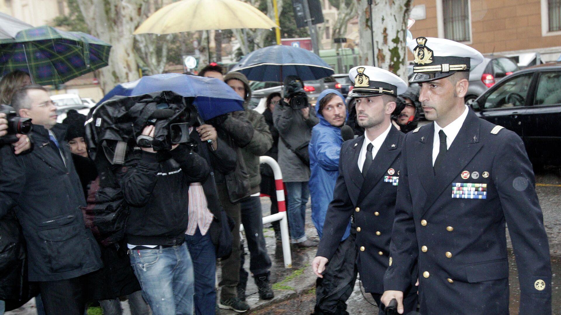 Miembros del regimiento San Marco de la Marina Militar Italiana, Massimiliano Latorre y Salvatore Girone al volver a Italia en 2013 - Sputnik Mundo, 1920, 15.06.2021