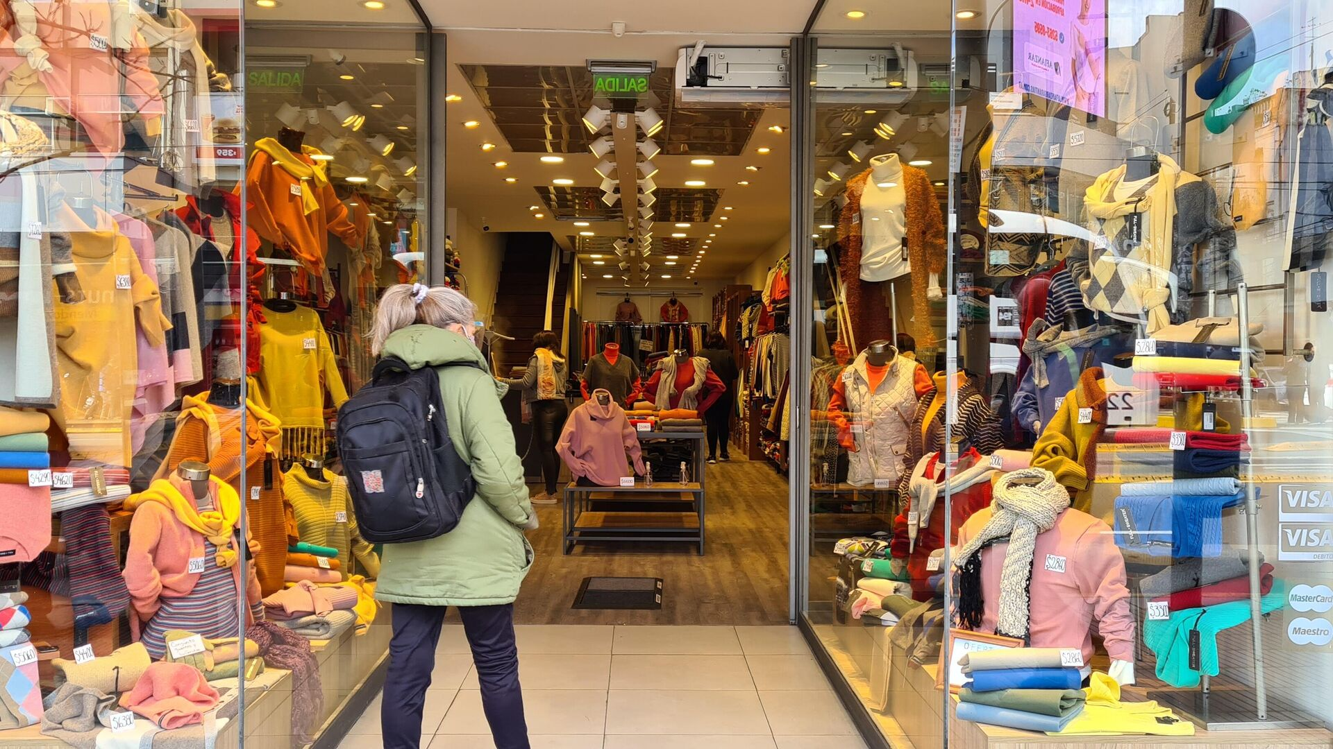 Una mujer viendo ropa en una tienda - Sputnik Mundo, 1920, 16.06.2021