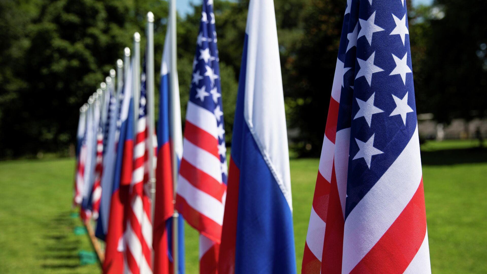 Banderas de EEUU y Rusia - Sputnik Mundo, 1920, 05.07.2021