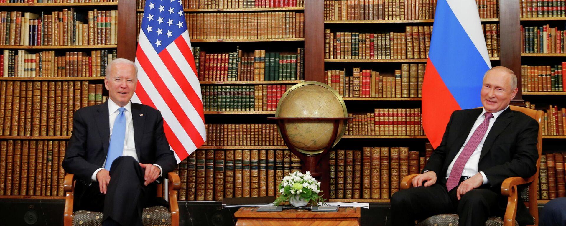 El presidente estadounidense, Joe Biden, y el presidente de Rusia, Vladímir Putin - Sputnik Mundo, 1920, 17.06.2021