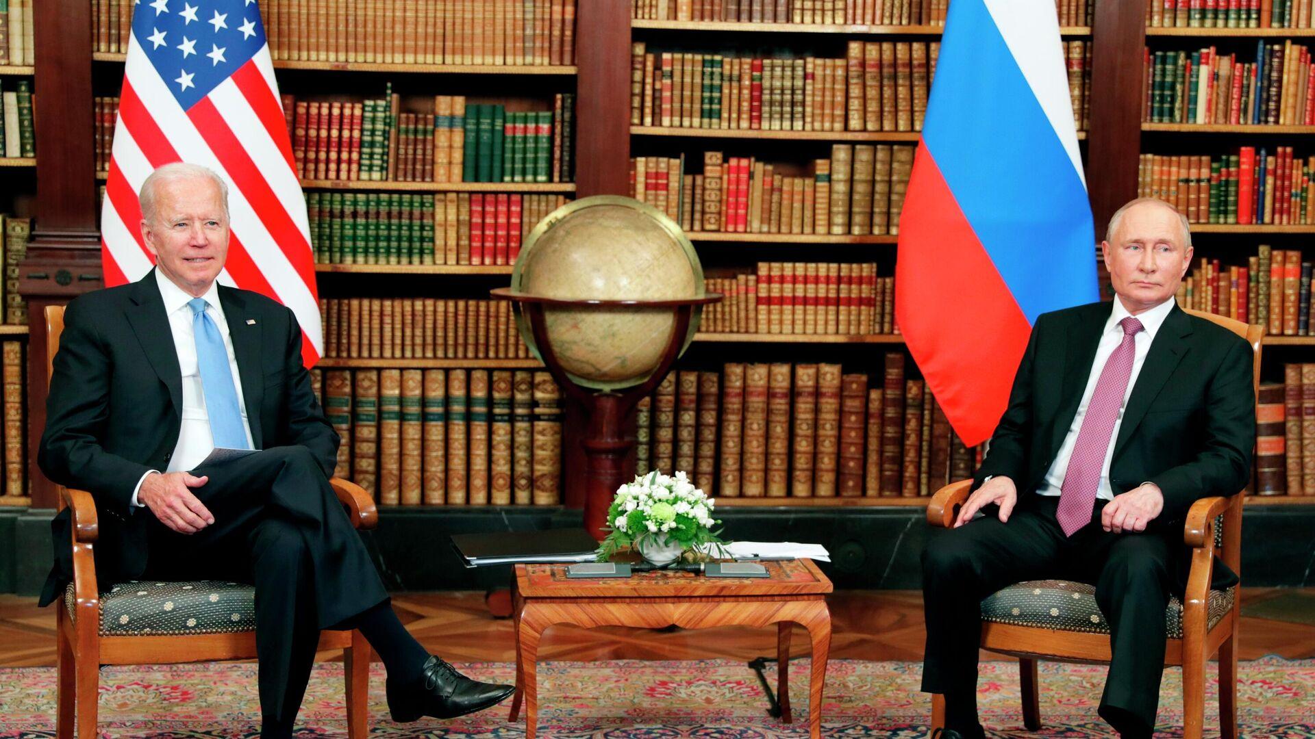 El presidente estadounidense, Joe Biden, y el presidente de Rusia, Vladímir Putin - Sputnik Mundo, 1920, 22.07.2021