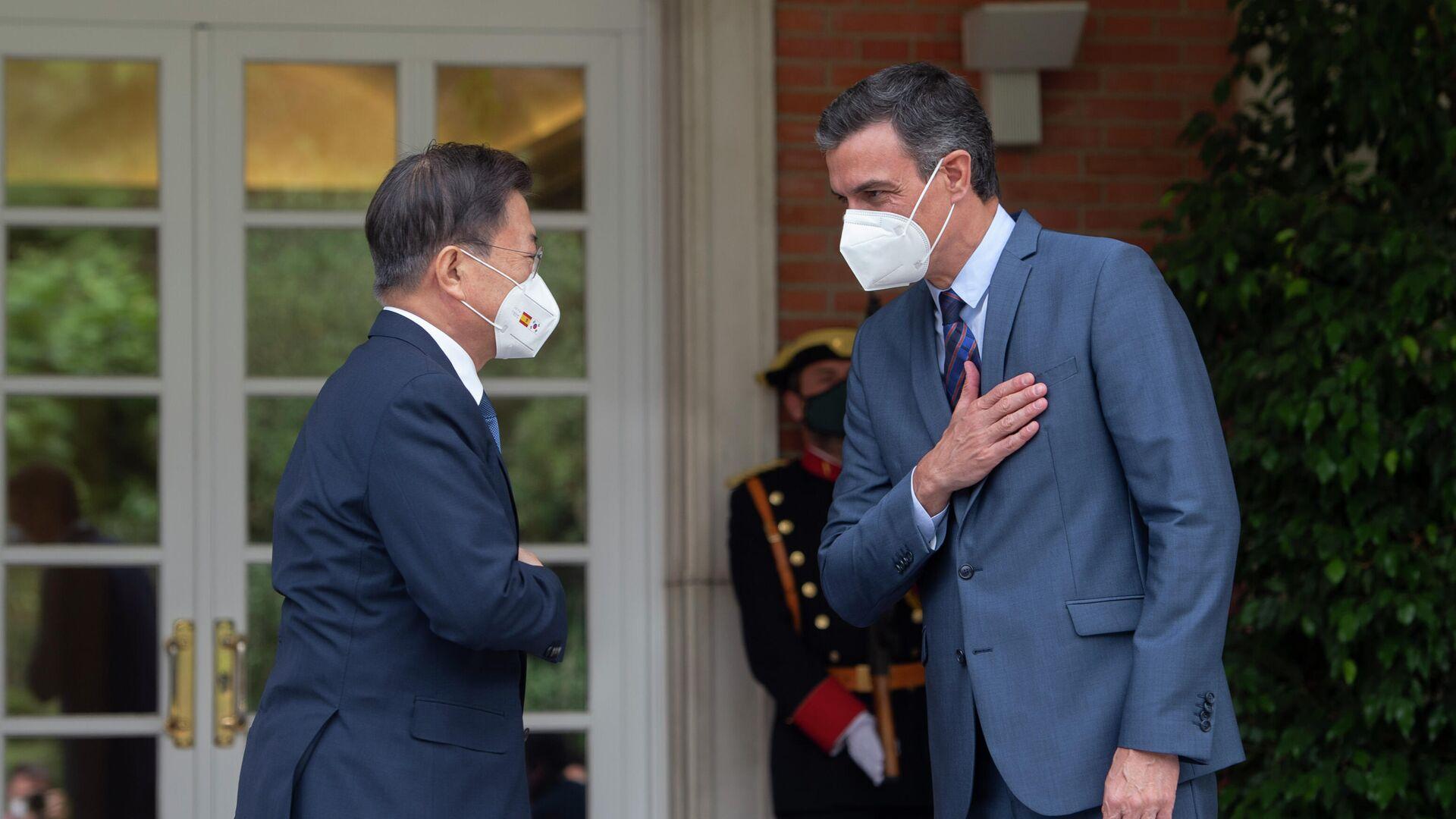 El presidente del Gobierno, Pedro Sánchez (d), recibe al presidente de la República de Corea, Moon Jae-in (i) - Sputnik Mundo, 1920, 16.06.2021