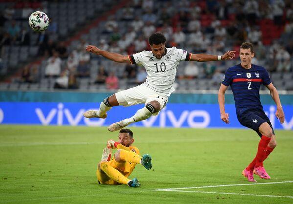El jugador de la selección alemana Serge Gnabry y el portero francés Hugo Lloris. - Sputnik Mundo