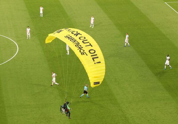 Antes del inicio del partido un parapente de Greenpeace aterrizó en el campo de fútbol. El activista casi impactó contra el entrenador en jefe de los franceses, Didier Deschamps. Como resultado, varias personas que se encontraban en el nivel inferior del estadio resultaron heridas. - Sputnik Mundo