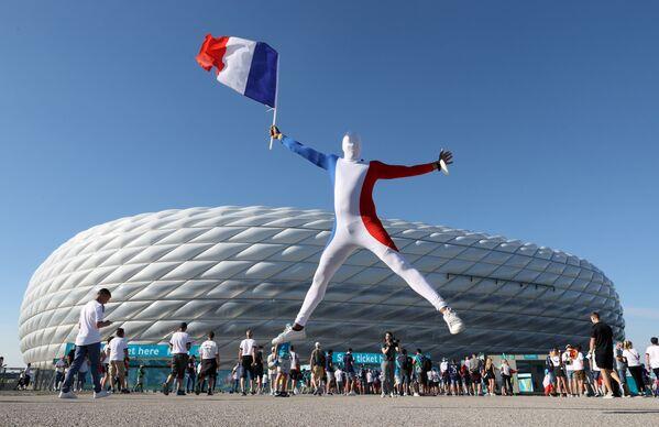 Un fanático de la selección francesa en el Allianz Arena de Múnich antes del inicio del partido de la fase de grupos de la Euro 2020 entre Francia y Alemania. - Sputnik Mundo