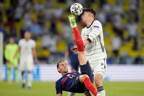 El delantero alemán Kai Havertz lucha por la pelota con el centrocampista francés Adrien Rabiot durante el partido de la fase de grupos de la Euro 2020 entre Alemania y Francia. - Sputnik Mundo