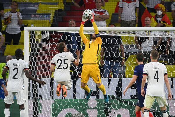 El portero francés, Hugo Lloris, recibe la pelota durante el partido de la fase de grupos de la Euro 2020 entre Alemania y Francia. - Sputnik Mundo